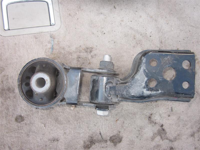 Подушка двигателя Toyota Aqua NHP10 1NZ-FXE 2014 задняя