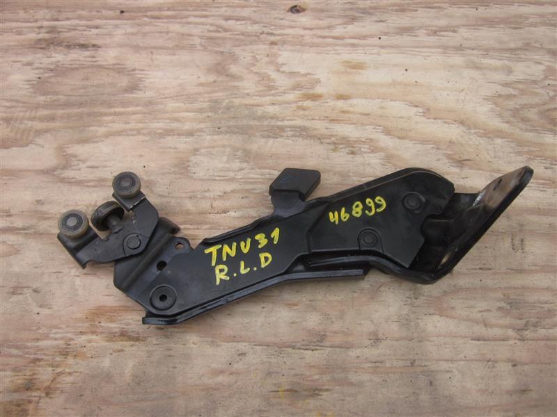 Ролик раздвижной двери Nissan Presage TNU31 QR25DE 2004 задний левый нижний