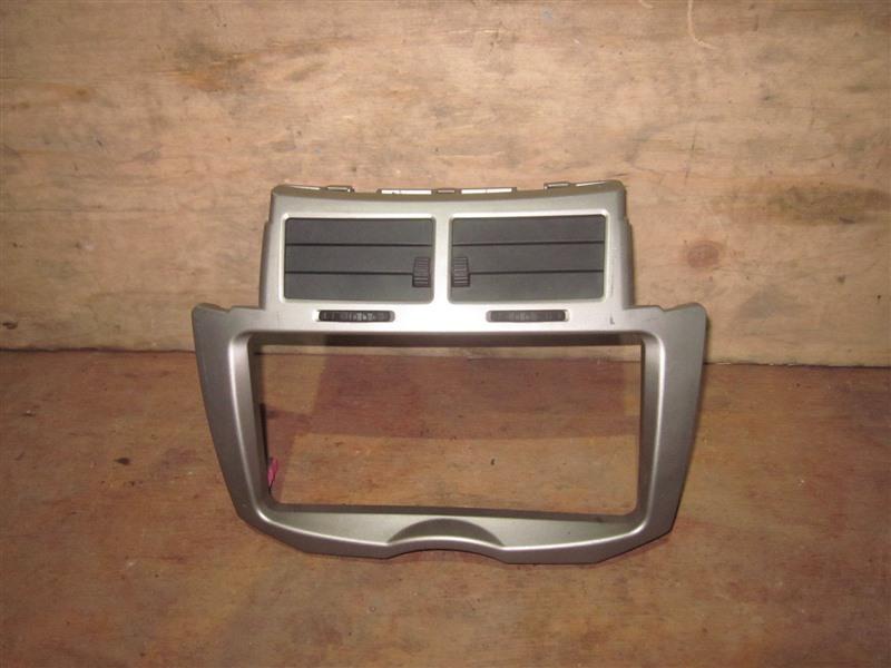 Консоль магнитофона Toyota Vitz KSP90 1KR-FE 2009
