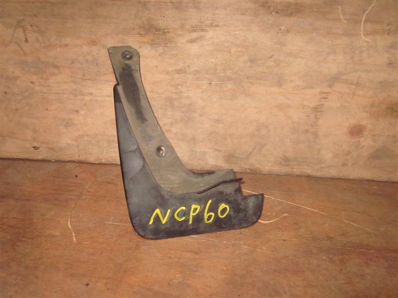 Брызговик Toyota Ist NCP60 2NZ-FE 2002 передний левый
