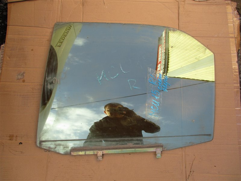 Стекло двери Toyota Harrier MCU15 1MZ-FE 2002 заднее левое
