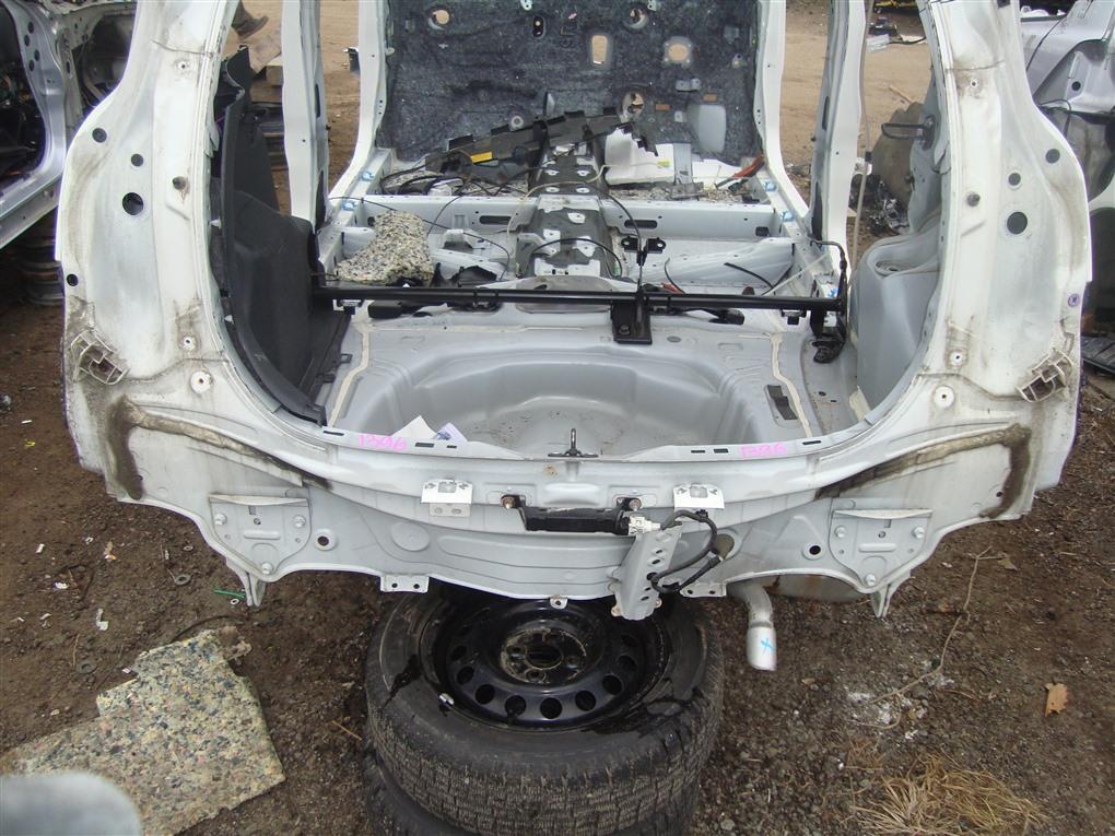 Rear cut Toyota Aqua NHP10 1NZ-FXE 2015 белый 082 1396