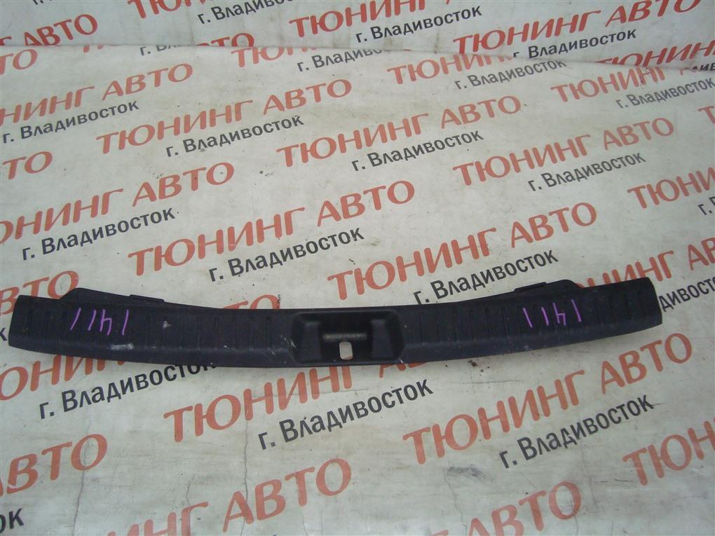 Накладка замка багажника Toyota Corolla Fielder NKE165 1NZ-FXE 2016 1411