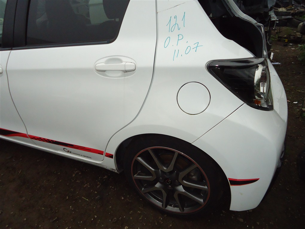Крыло Toyota Vitz NCP131 1NZ-FE 2012 заднее правое белый 040 1413