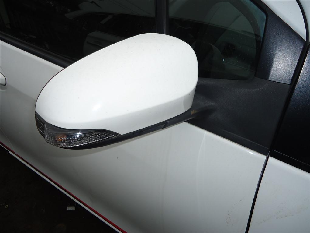 Зеркало Toyota Vitz NCP131 1NZ-FE 2012 правое белый 040 1413