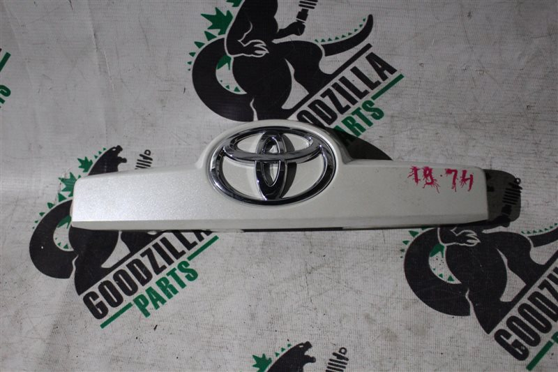 Накладка 5-й двери Toyota Spade NSP140 задняя
