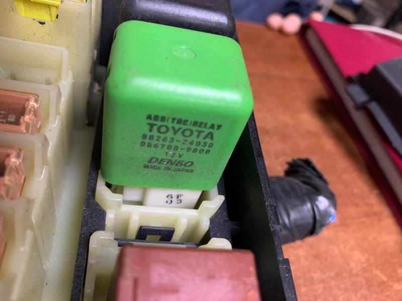 Блок предохранителей Toyota Hiace KZH110 1KZTE 2004