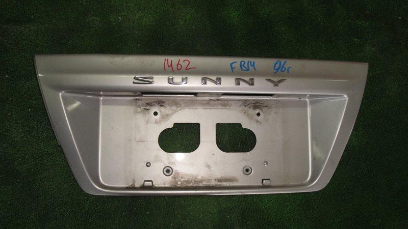 Вставка между стопов Nissan Sunny FB14 задняя