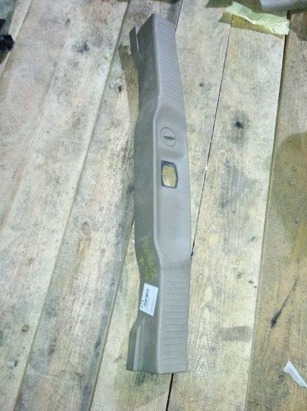 Пластик замка багажника Nissan Presage U30 задний