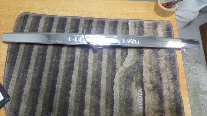 Накладка 5-й двери Toyota Wish ZNE10 1ZZ-FE 2003