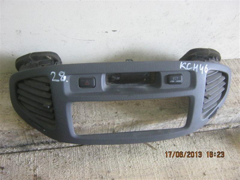 Консоль магнитофона Toyota Grand Hiace KCH16W ст.283000028