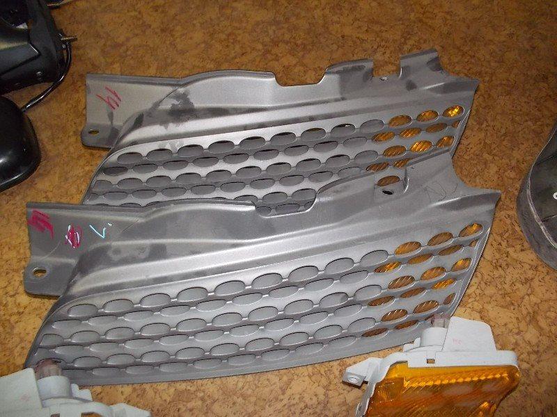 Решетка радиатора Nissan March AK12 левая ст.802000014