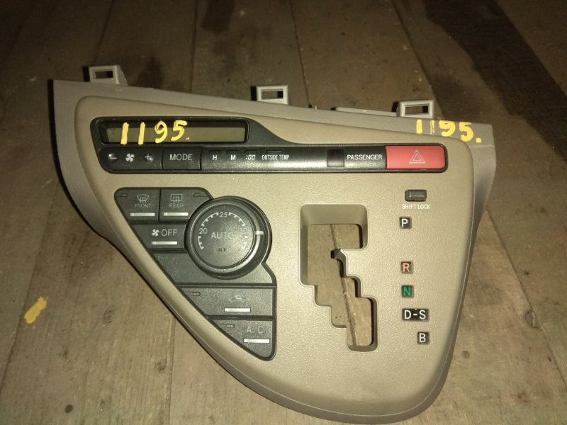Блок управления климат-контролем Toyota Isis ANM10
