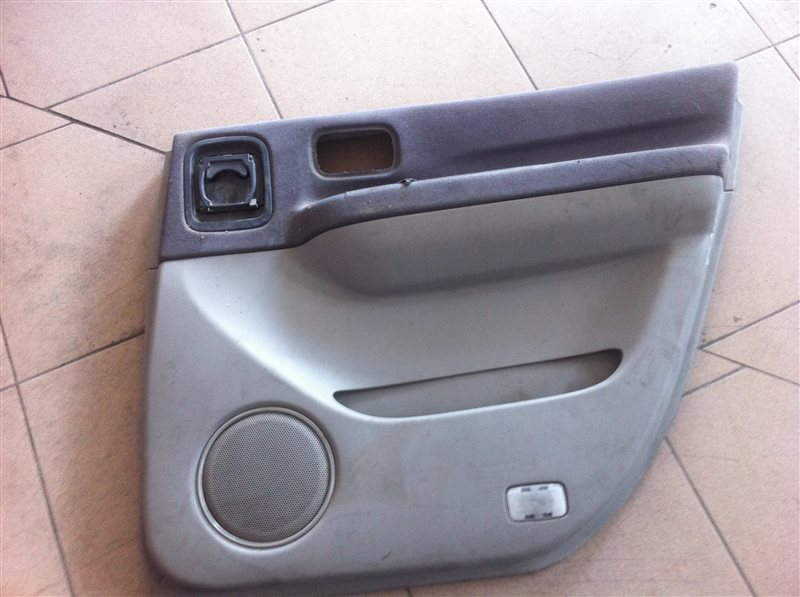 Обшивка двери Nissan Bassara 30 задняя правая
