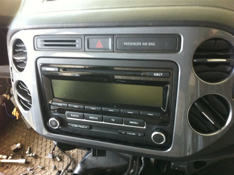 Рамка магнитолы Volkswagen Tiguan 5N2