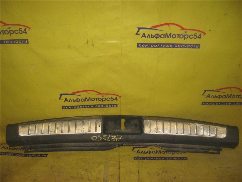 Пластик замка багажника Toyota Avensis AZT250
