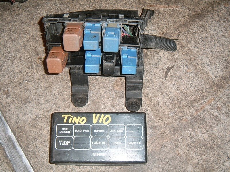 Блок предохранителей Nissan Tino HV10