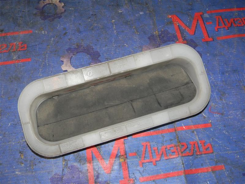 Решетка вентиляции в багажник Toyota Avensis AZT250 1AZ-FSE 2007 задняя