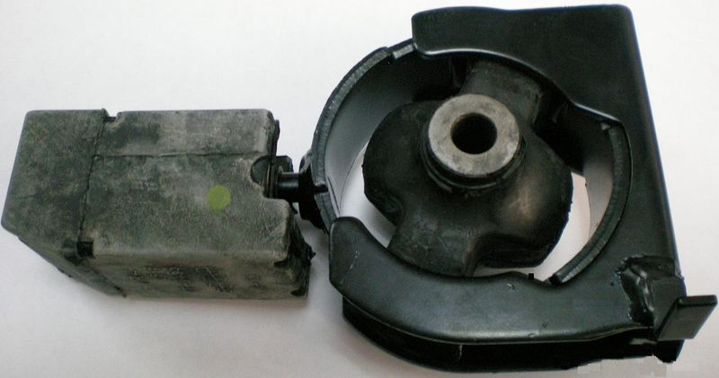 Подушка двигателя Toyota Corolla ZZE120 передняя