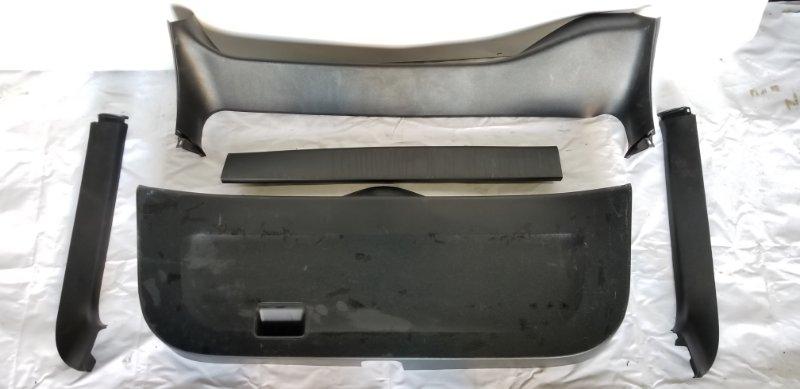 Обшивка двери багажника Toyota Prius NHW20 1NZFXE 2004.09 задняя