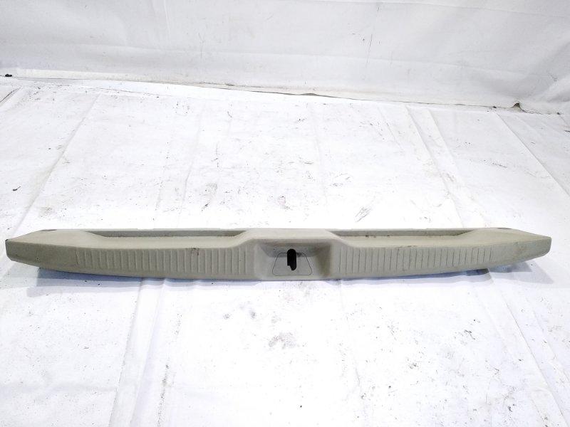 Пластик замка багажника Toyota Estima AHR20W 2AZFXE 2006 задний