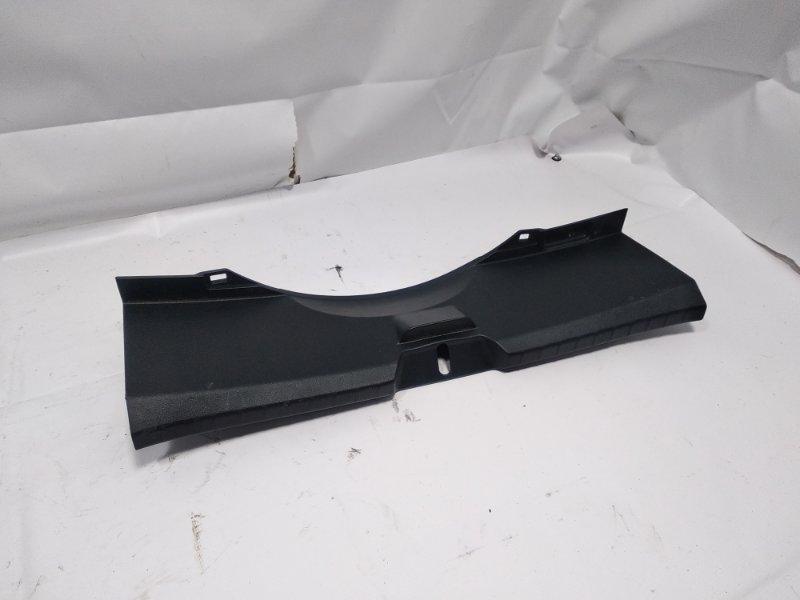 Пластик замка багажника Toyota Vitz NCP131 1KRFE 2011 задний