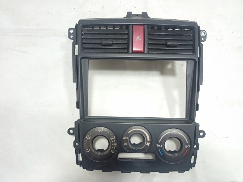 Консоль магнитофона Mitsubishi Colt Z27W 4G15T 2007 передний