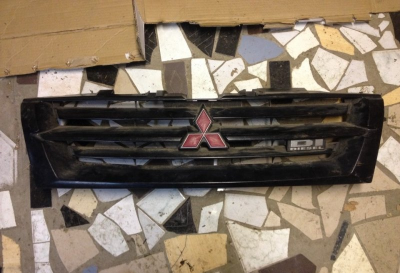 Решетка радиатора Mitsubishi Pajero V75W