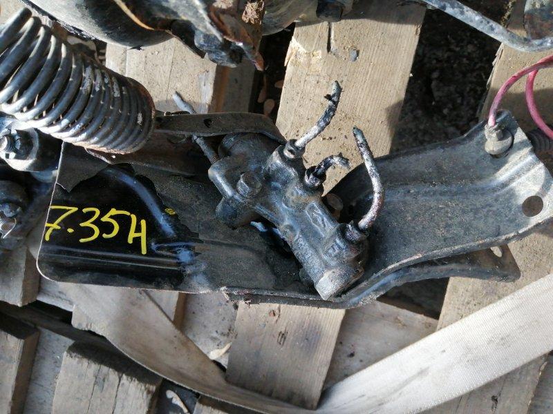 Распределитель тормозного усилия Nissan Caravan VWMGE24 QD32 задний