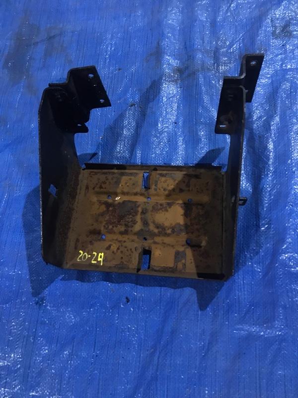 Крепление аккумулятора Isuzu Elf NKR66E 4HF1