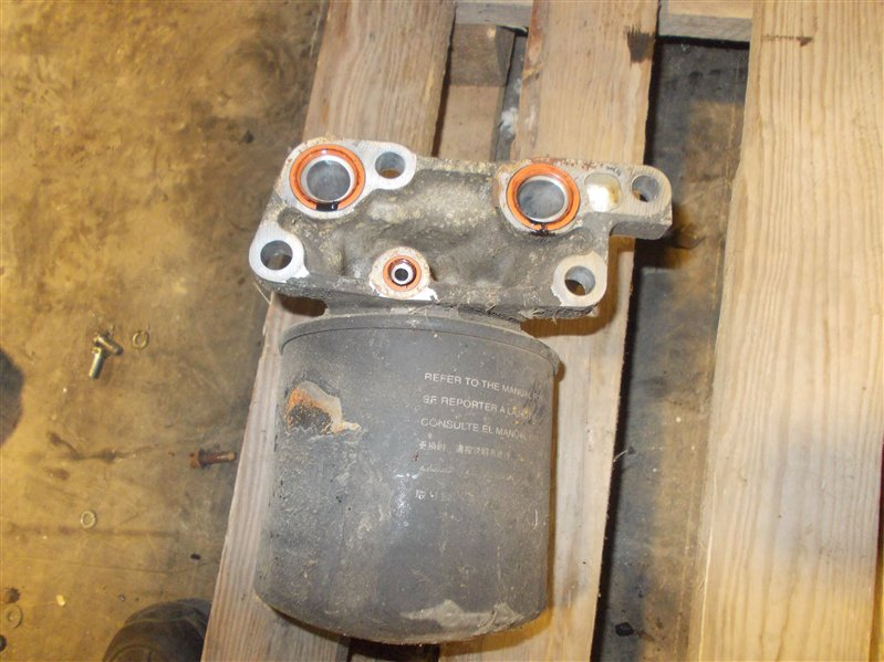 Крепление масляного фильтра Isuzu Elf NKR66 4HF1 1999
