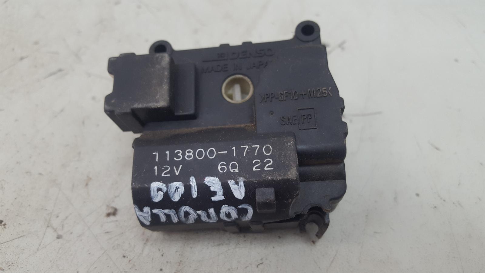 Моторчик заслонки печки Toyota Corolla AE100G 5A-FE 1996