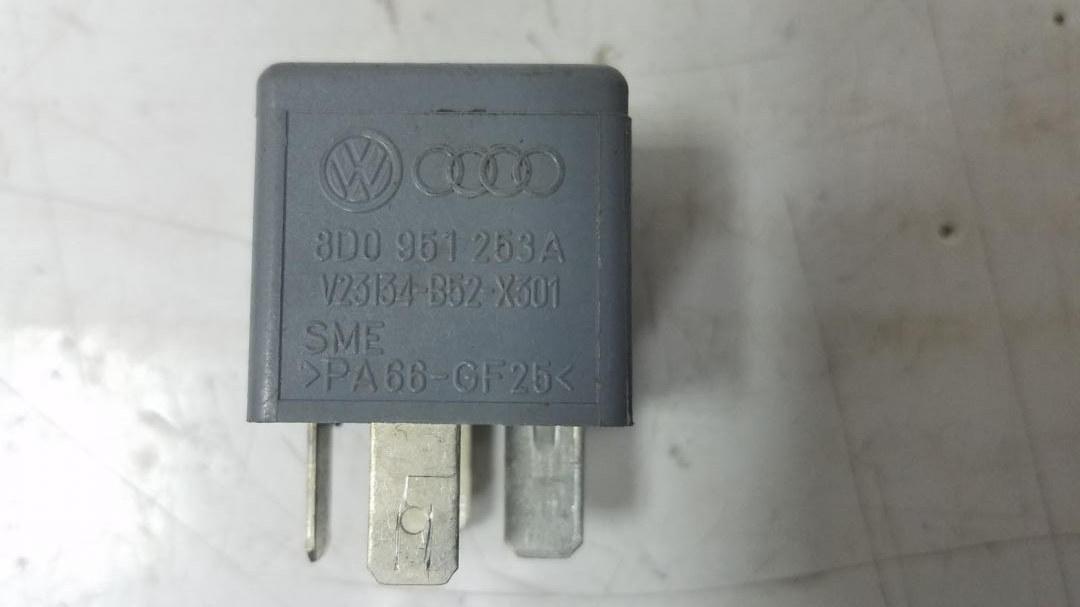 Реле включения вентилятора Audi A6 C5 ALF 1998
