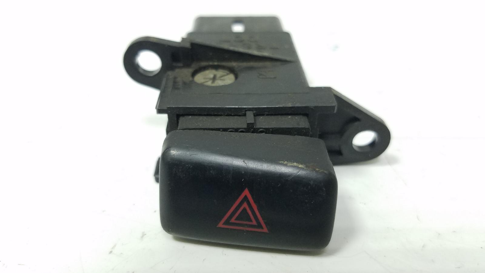 Кнопка аварийного сигнала Toyota Camry SXV1 3VZFE 3.0Л 1992