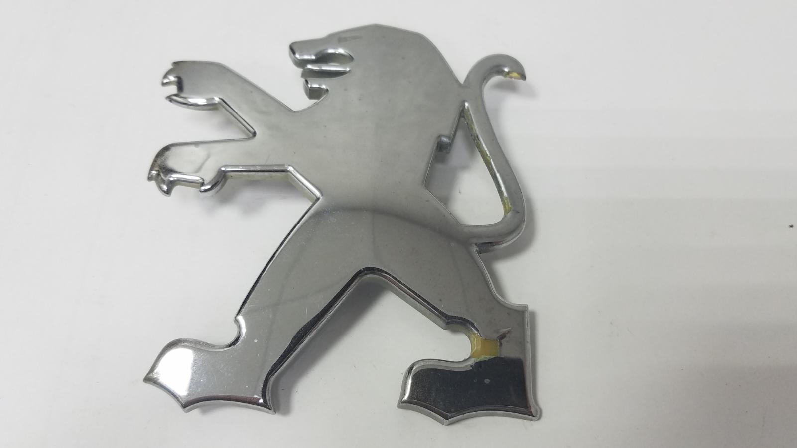 Эмблема Peugeot 407 6D 6FZ 2004 передняя