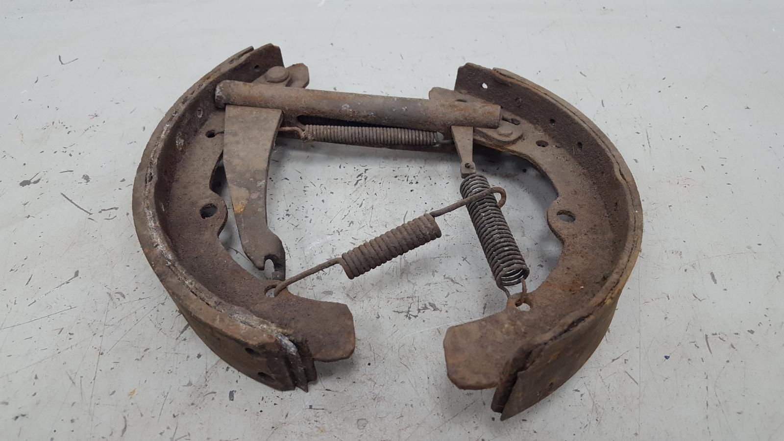Механизм развода колодок ручника Audi 80 задний