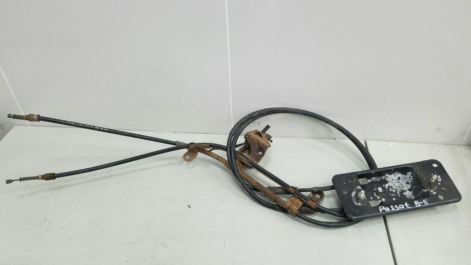 Трос ручного стояночного тормоза ручника Volkswagen Passat 3B5 ACK 1998г