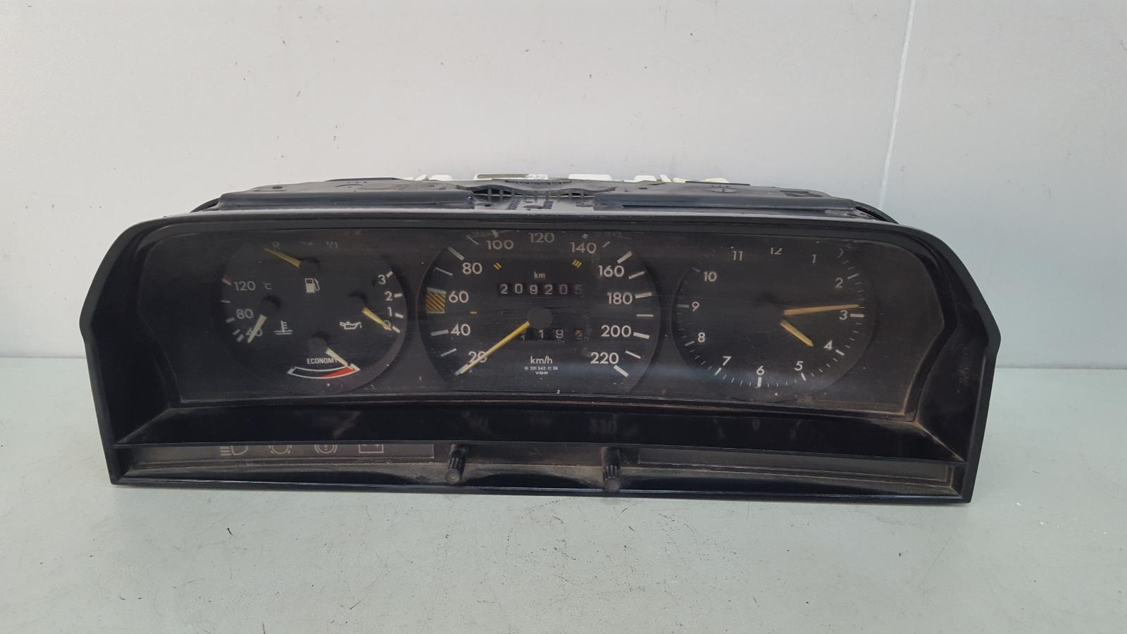 Щиток приборов Mercedes A190 W201 M102.961 2.0Л 1984