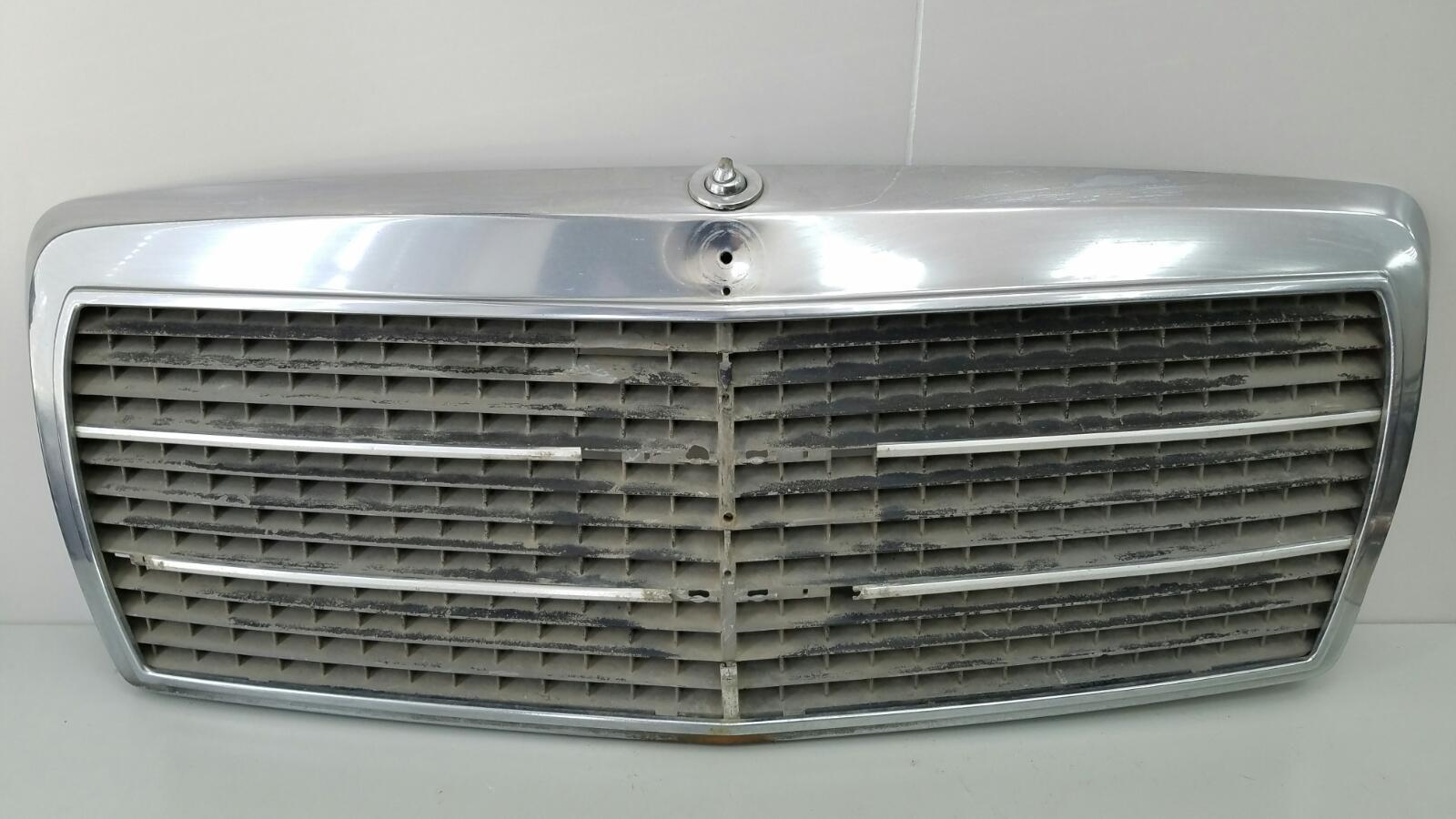 Решетка капота Mercedes A190 W201 M102.961 2.0Л 1984