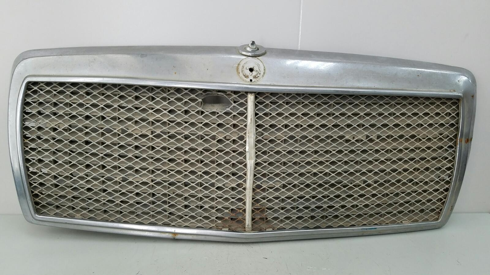 Решетка капота Mercedes A190 W201 M102.910 1990