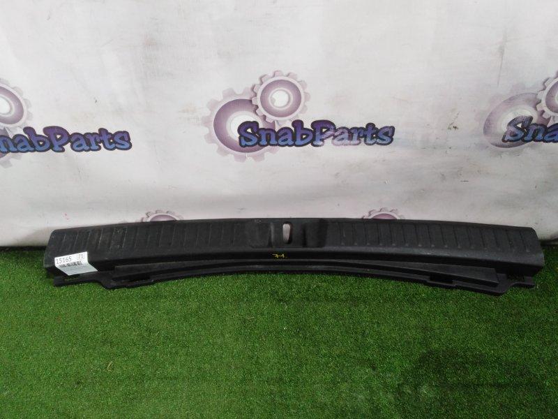Накладка замка багажника Toyota Fielder NKE165G 1NZ-FXE 2013