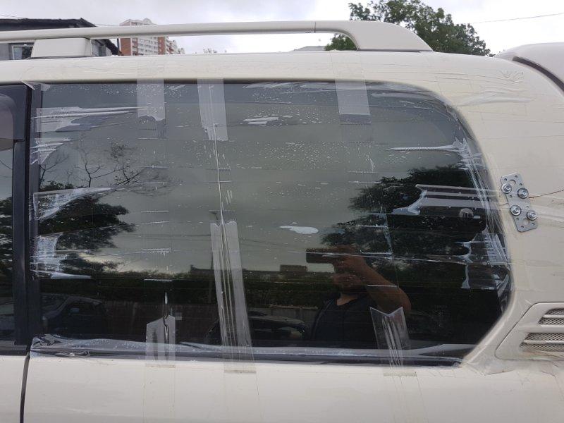 Стекло собачника Toyota Land Cruiser Cygnus UZJ100 2UZ-FE 2000 заднее левое
