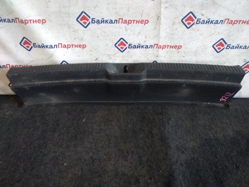 Накладка в багажник Toyota Wish ZNE14G 1ZZ-FE 2003 3212