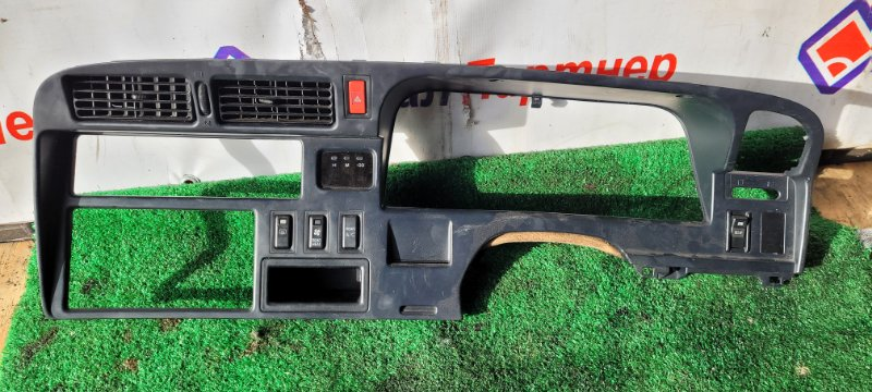 Консоль магнитофона Toyota Hiace KZH106V 1KZ-TE