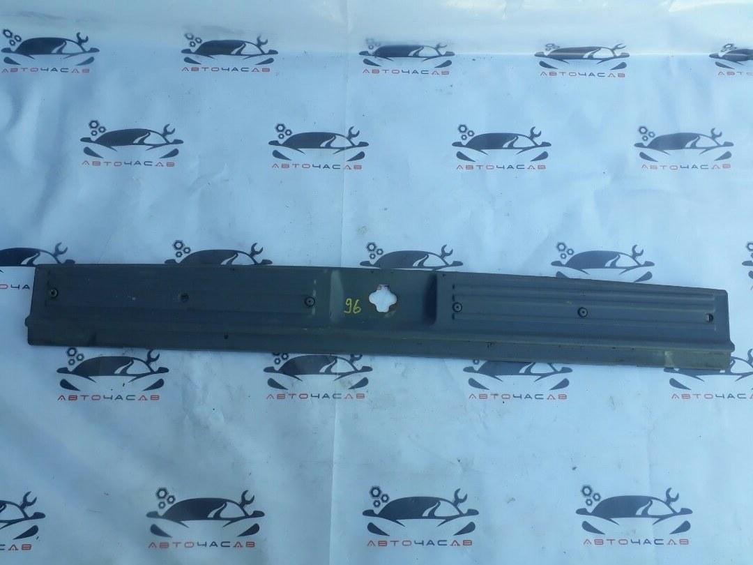 Пластик замка багажника Nissan Terrano LR50 VG33 2000