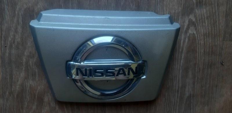 Эмблема Nissan Tiida Latio SC11-254158 HR15 2010 передняя
