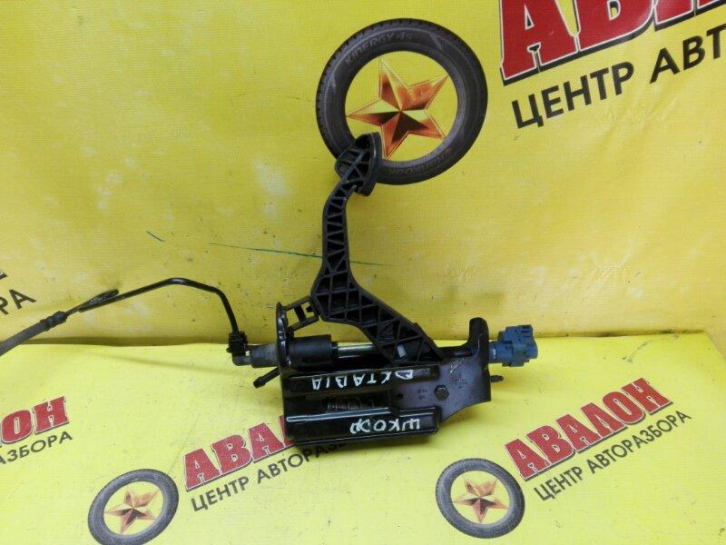 Педаль сцепления Skoda Octavia XW8DX BFQ 2010