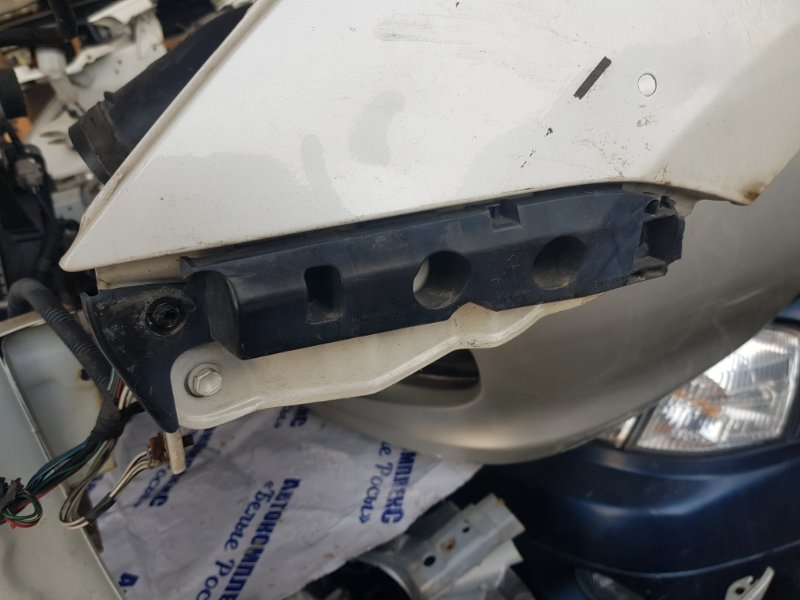 Крепление бампера Toyota Wish ZNE10 1ZZFE 2003 переднее