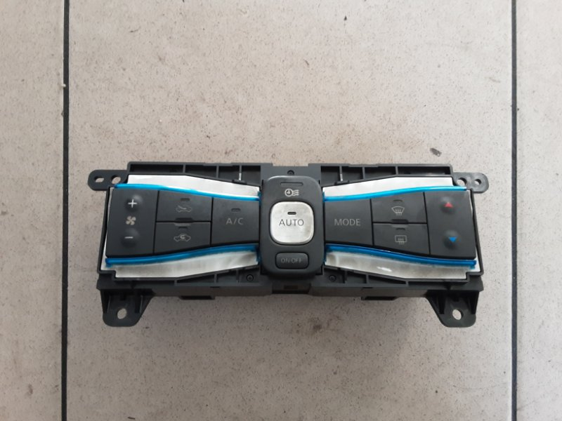 Блок управления климат-контролем Nissan Leaf ZEO EM61 2011 передний