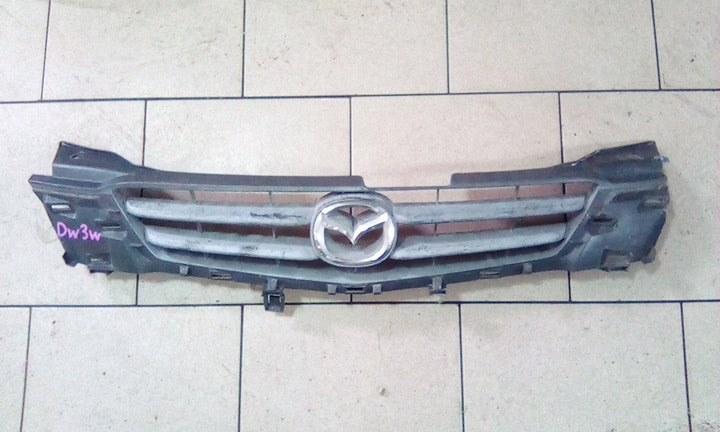 Решетка радиатора Mazda Demio DW3W B3 2000 передняя